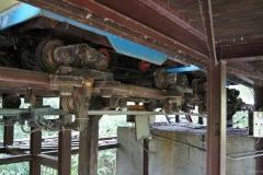 Wagen der Achterbahn von unten
