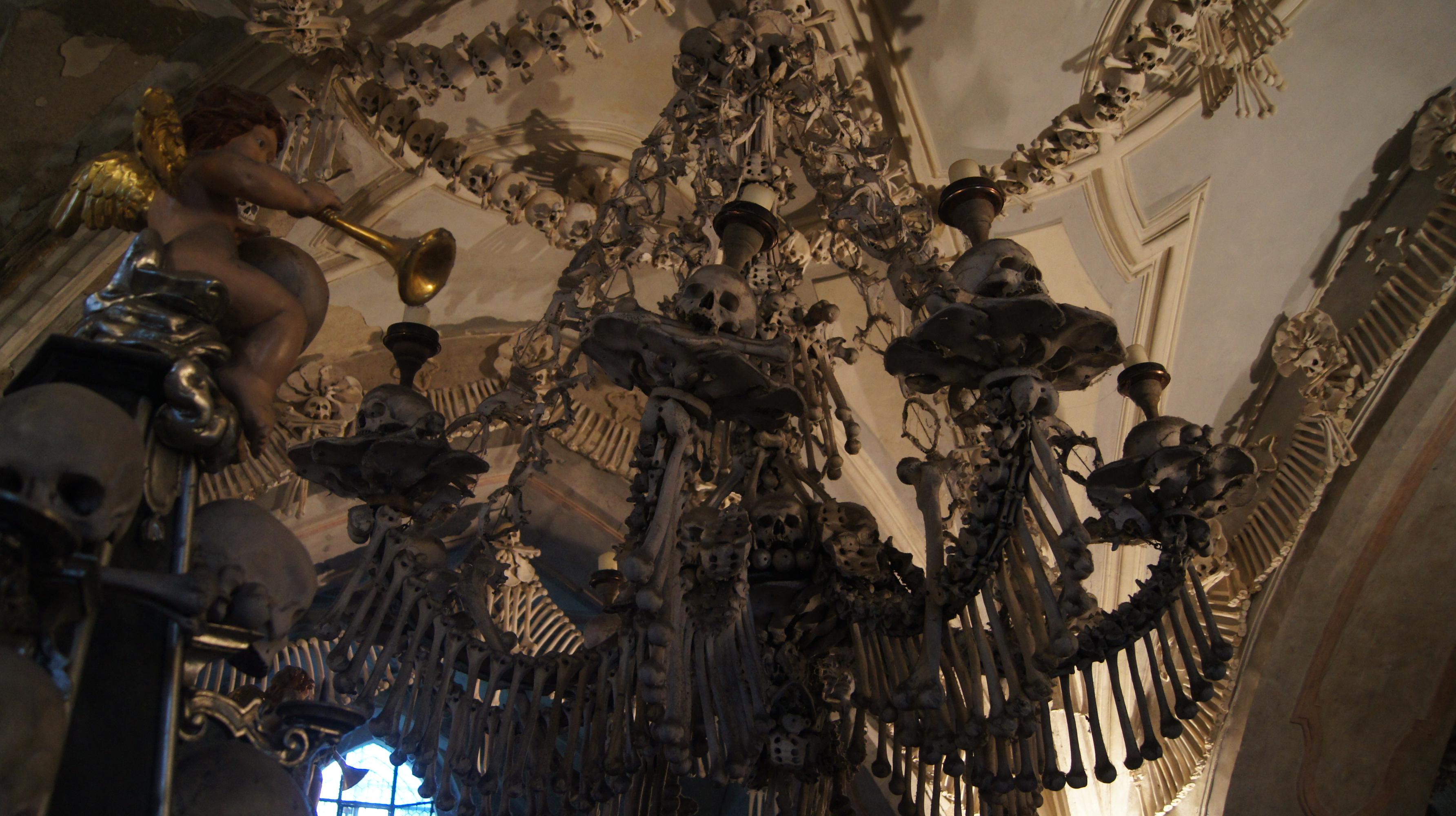 Ein Kronleuchter komplett aus menschlichen Knochen
