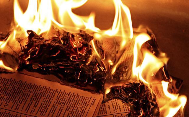 Fake News-Hetze ist die Bücherverbrennung des 21. Jahrhunderts